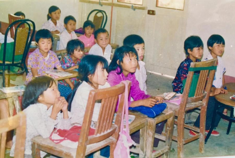 Students of the 1980s attend a class in a local primary school in Yangang village, which was later merged into Xiaogang village. (Photo provided to chinadaily.com.cn)