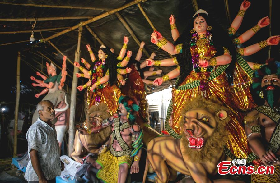 An Indian artist looks at statues during a workshop ahead of the Dashain festival in Kathmandu, Nepal, Oct. 8, 2018. Dashain is one of the most important festivals in Nepal. (Photo: China News Service/Pradhan)