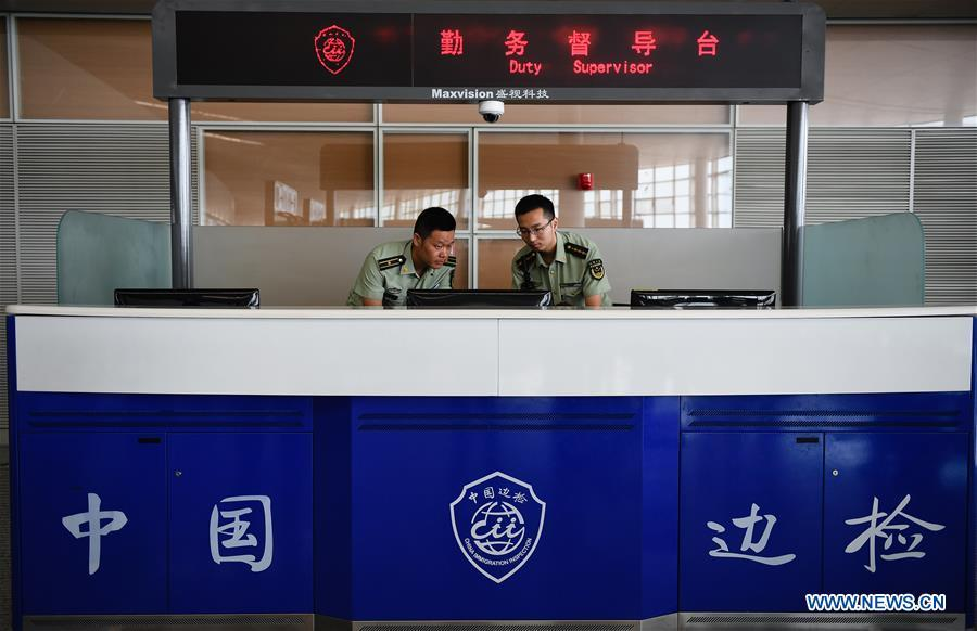 Wang Zhiguo (L) does data analysis with colleagues at Nanjing Lukou International Airport in Nanjing, capital of east China\'s Jiangsu Province, Aug. 7, 2018. Wang Jicai, who used to be head of the militia post on Kaishan Island in Jiangsu Province, started working on the island in the Yellow Sea with his wife in 1986. He died of sudden illness while on duty in July of 2018 at the age of 58. Wang Zhiguo, son of Wang Jicai, became a frontier defence policeman after his graduation from Nanjing University of Aeronautics and Astronautics in 2013. He had been assigned to many security tasks for major events during 5 years\' working. (Xinhua/Li Xiang)