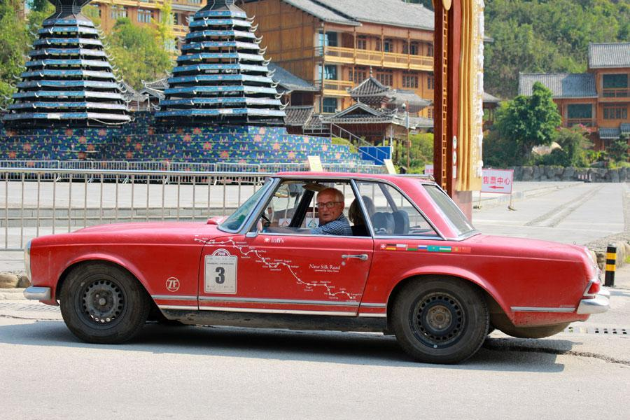 A driver turns to the camera as he passes by in his vintage car, Oct. 8, 2018. (Photo provided to chinadaily.com.cn)