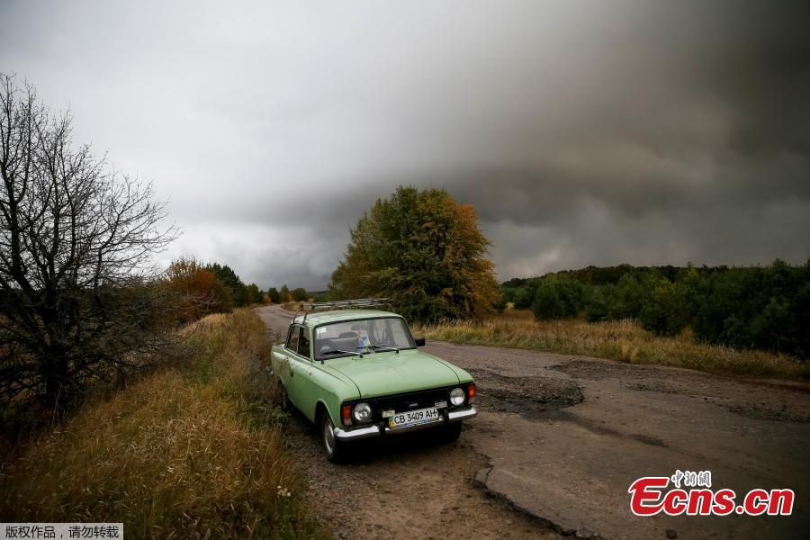 A car is left abandoned on a road in the settlement of Druzhba, located near the scene of explosions at a defense ministry ammunition depot in the eastern Chernigov region, Ukraine, Oct. 9, 2018. Ukrainian authorities suspect sabotage lay behind explosions that tore through an ammunition depot in the early hours of Tuesday, sending fireballs into the sky and causing more than 12,000 people to be evacuated. (Photo/Agencies)