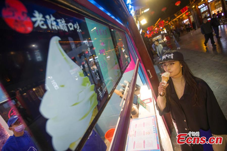 A girl tastes an ice cream flavored with mature vinegar in Taiyuan, capital of north China\'s Shanxi Province, October 9, 2018. (Photo: China News Service/ Zhang Yun)