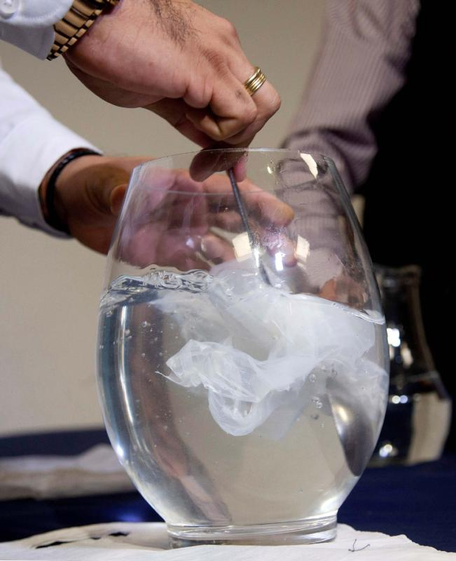 A demonstration of how the material dissolves in water. (CLAUDIO REYES/FOR CHINA DAILY)