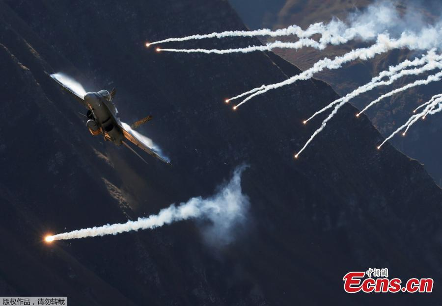 A Swiss Air Force F/A 18 Hornet fighter jet releases flares during a flight demonstration over the Axalp in the Bernese Oberland, Switzerland, Oct. 10, 2018. (Photo/Agencies)