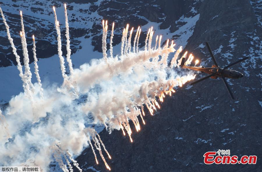 A Swiss Air Force Super Puma Cougar helicopter releases flares during a flight demonstration over the Axalp in the Bernese Oberland, Switzerland, Oct. 10, 2018. (Photo/Agencies)