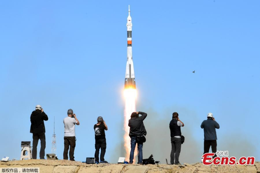 Photographers take pictures as Russia\'s Soyuz MS-10 spacecraft carrying the members of the International Space Station (ISS) expedition 57/58, Russian cosmonaut Alexey Ovchinin and NASA astronaut Nick Hague, blasts off to the ISS from the launch pad at the Russian-leased Baikonur cosmodrome in Baikonur on October 11, 2018. (Photo/Agencies)