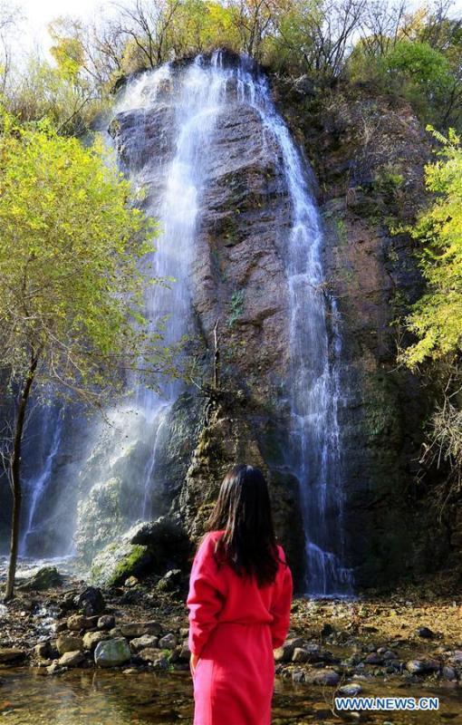A tourist visits the Yudushan scenic area in Yanqing District of Beijing, capital of China, Oct. 10, 2018. (Xinhua/Li Xin)