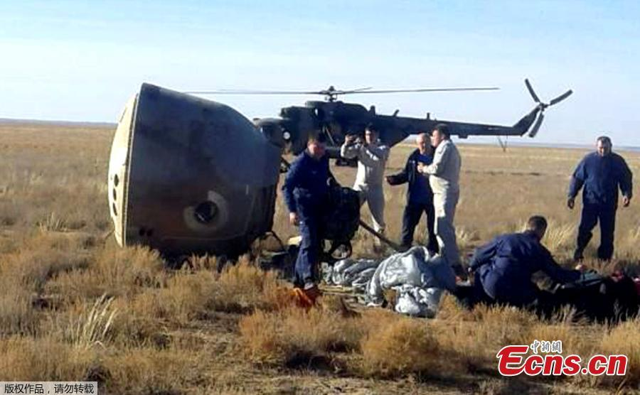 Specialists and rescuers gather near the Soyuz capsule transporting U.S. astronaut Nick Hague and Russian cosmonaut Alexei Ovchinin, after it made an emergency landing following a failure of its booster rockets, near the city of Zhezkazgan in central Kazakhstan October 11, 2018. (Photo/Agencies)