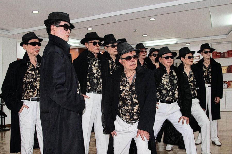 With average age of 68 years, the special model crew strikes poses for picture at a college for seniors in Wuhan, Central China\'s Hubei province. (Photo provided to chinadaily.com.cn)  A fashion show presented by Dai Jinming, 61, together with his teammates became a highlight on gala performances held three days in a row for villagers in Enshi, Hubei province, this summer and received round of warm applauses from them.  \
