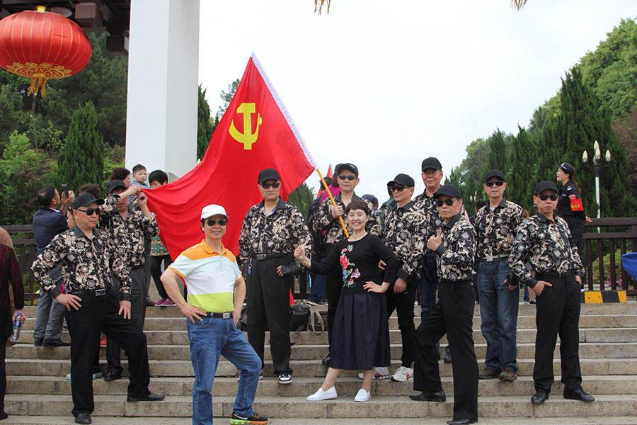 With average age of 68 years, the special model crew dressed in the same outfit strikes poses for picture. (Photo provided to chinadaily.com.cn)  These elders are also gentlemen.  Dai Liangshu, the class leader, absolutely objects to the idea that the retired old people can live free from the public rules and social morality. \