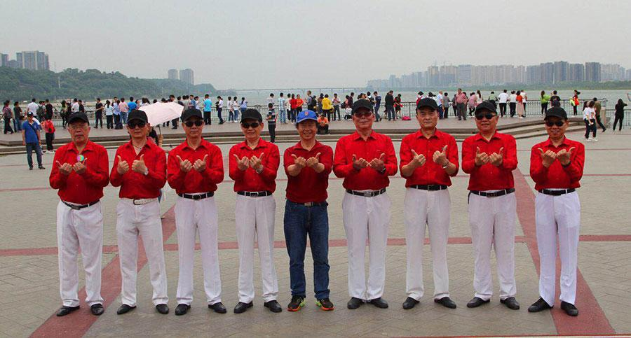 With average age of 68 years, the special model crew dressed in the same outfit strikes poses for picture. (Photo provided to chinadaily.com.cn)