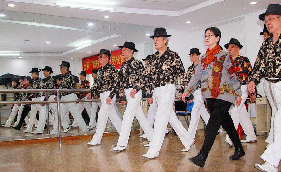 Students at an average age of 68 years old are having their fashion modeling course at a college for seniors in Wuhan, Central China\'s Hubei province. (Photo provided to chinadaily.com.cn)  Dressed in the same outfit, walking upright and confident, every time a group of amateur male models, aged 60 and above, show up, they elicit \