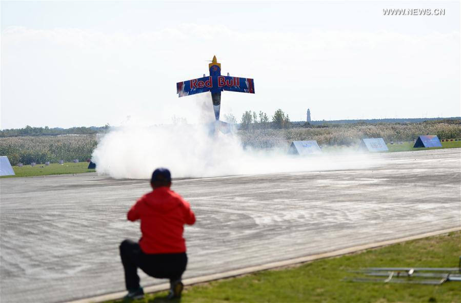 A contestant controls his model aircraft with turbojet engine during a contest in Rongcheng, east China\'s Shandong Province, Oct. 13, 2018. A total of 12 teams from around the world compete in the air. (Xinhua/Yang Zhili)