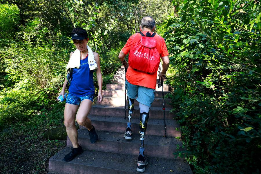<?php echo strip_tags(addslashes(A brush with a mountaineer in Xiangshan Park. (Photo/China Daily)