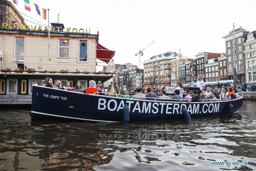 People go sightseeing by boat in Amsterdam, the Netherlands, Oct. 13, 2018. (Xinhua/Zheng Huansong)