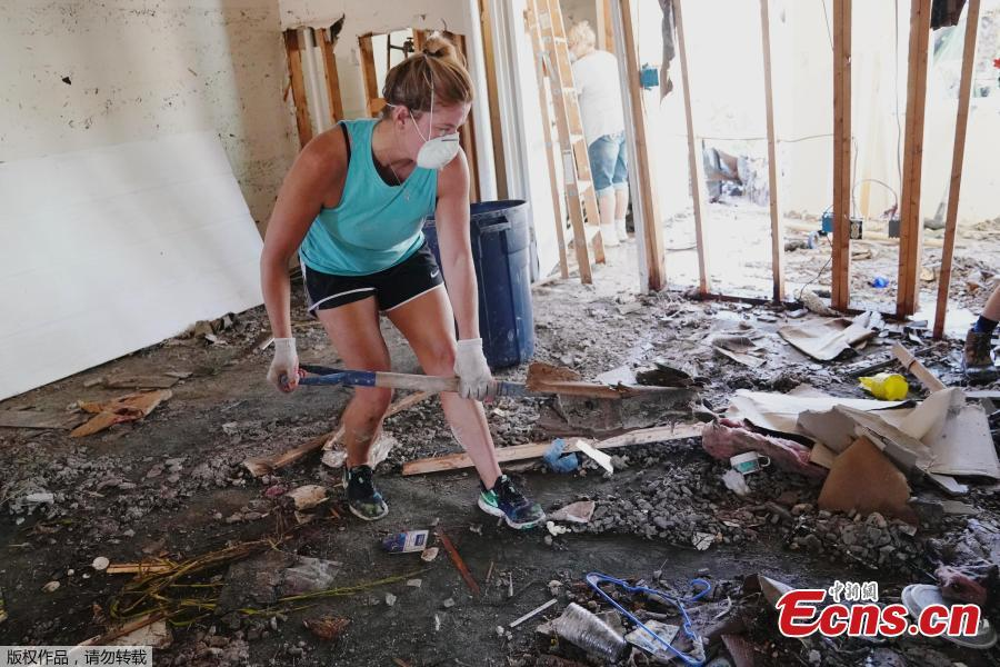 People clean up their house that was destroyed following Hurricane Michael in Mexico Beach, Florida, U.S., October 13, 2018. Dozens of people remained missing on Sunday in Florida Panhandle communities reduced to ruins by Hurricane Michael as rescuers said they expected the death toll to rise and survivors grappled with power outages and shortages of food and water. (Photo/Agencies)