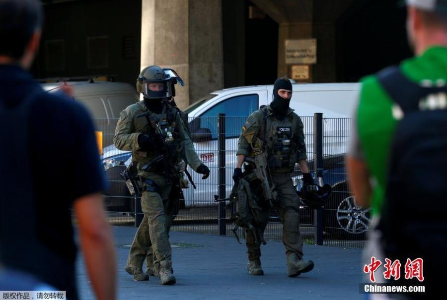 German special police walk near the main train station in Cologne, Germany, October 15, 2018, after the train station was closed after hostage-taking. German police have caught a suspected hostage-taker at Cologne's main train station and freed the hostage, police said on Twitter. (Photo/Agencies)
