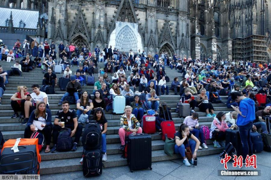 Passengers wait outside the main train station in Cologne, Germany, October 15, 2018, after the train station was closed after hostage-taking.  German police have caught a suspected hostage-taker at Cologne's main train station and freed the hostage, police said on Twitter. (Photo/Agencies)