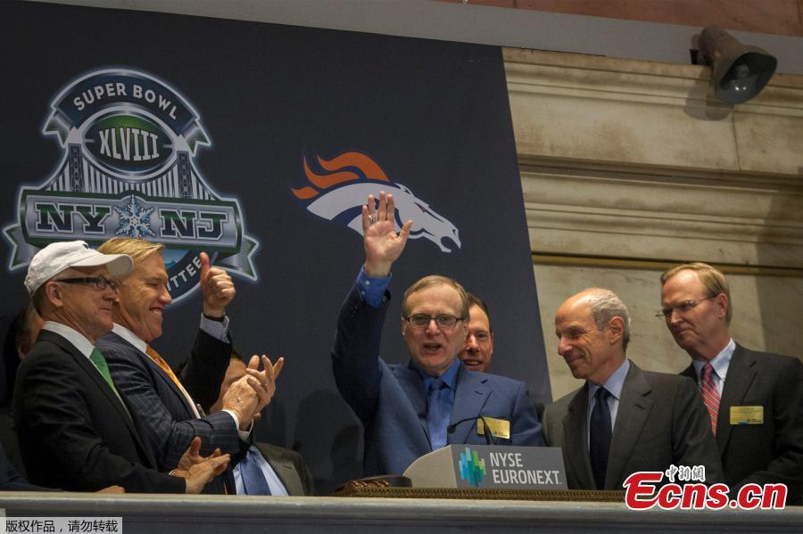 Seattle Seahawks owner and Microsoft co-founder Paul Allen (C) waves to the trading floor after ringing the opening bell at the New York Stock Exchange in New York, U.S., January 30, 2014. Microsoft Corp co-founder Paul Allen, the man who persuaded school-friend Bill Gates to drop out of Harvard to start what became the world's biggest software company, died on Monday at the age of 65, his family said. (Photo/Agencies)