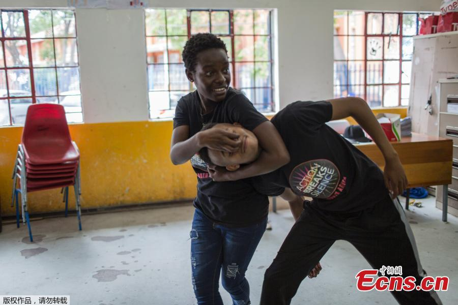 Instructors Ashlyn Tachuana (L), 19, and Letlhogonono Keohitlhetse (R), 22, demonstrate self-defense methods during a session with NGO Action Breaks Silence (ABS) called \'Empowerment through self-defense for women and girls\' which aims to create a world free form fear of gender based violence, at Mbuyisa Makhubu Primary School in the area of Orlando West, in the South African township of Soweto, on October 10, 2018. (Photo/Agencies)