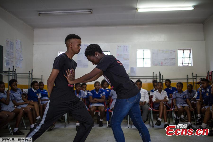 Instructors Ashlyn Tachuana (R),19, and Letlhogonono Keohitlhetse (L), 22, demonstrate self-defense methods during a session with NGO Action Breaks Silence (ABS) called \'Empowerment through self-defense for women and girls\' which aims to create a world free form fear of gender based violence, at Mbuyisa Makhubu Primary School in the area of Orlando West, in the South African township of Soweto, on October 10, 2018. (Photo/Agencies)
