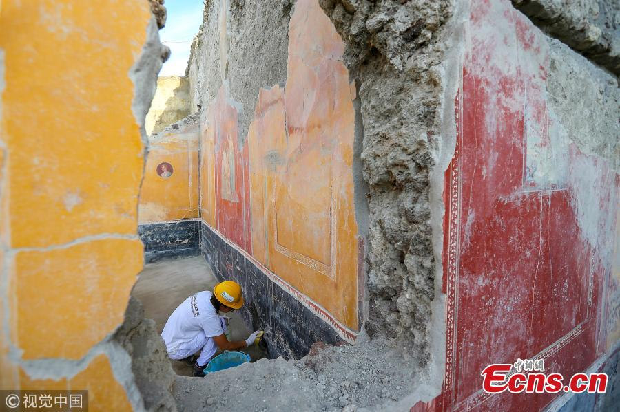 A restorer working on frescos in the House with Garden, a new excavation in the Regio V of the Pompeii excavations in Italy, Oct. 16, 2018. (Photo/VCG)