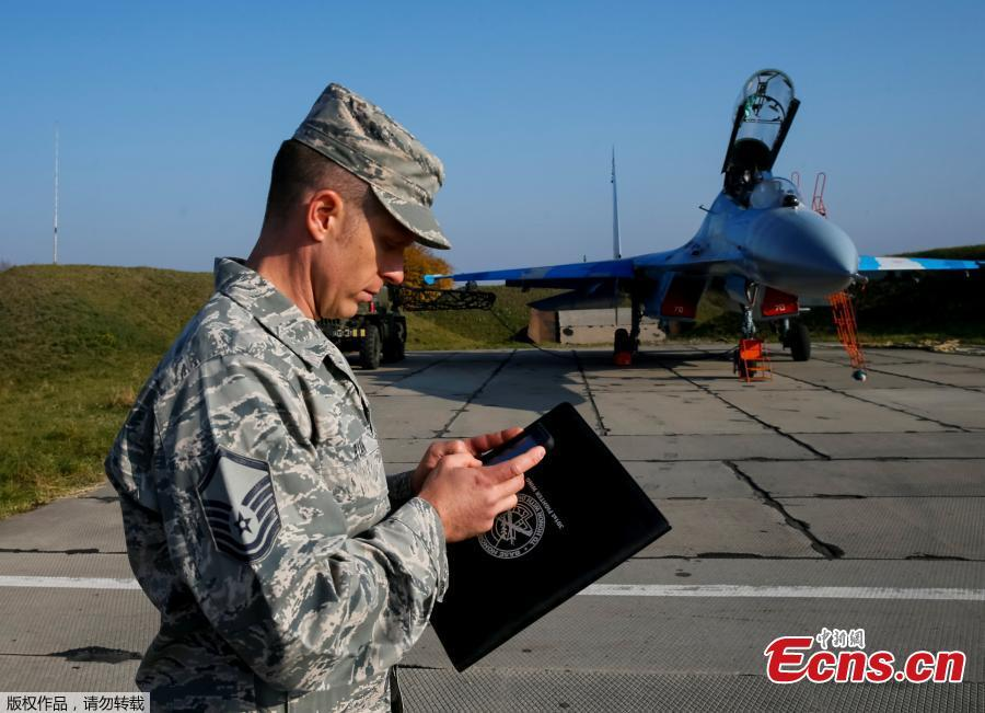 A serviceman of the U.S. Army stands in front of a Ukrainian Su-27 fighter jet during the Clear Sky 2018 multinational military drills at Starokostiantyniv Air Base in Khmelnytskyi Region, Ukraine, October 12, 2018. A U.S. pilot was among two crew who died when a Ukrainian Su-27 air force fighter crashed during a training flight on Tuesday, the U.S. military said. (Photo/Agencies)
