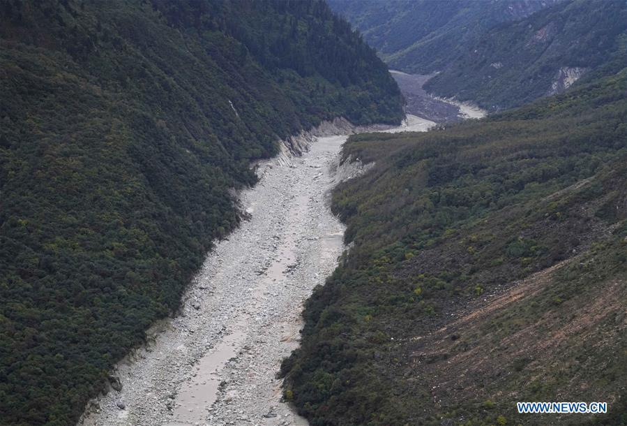 Aerial photo taken on Oct. 18, 2018 shows the dried-out lower reaches of the Yarlung Tsangpo River in Menling County, southwest China\'s Tibet Autonomous Region. More than 6,000 people have been evacuated after a barrier lake formed following a landslide in the Yarlung Tsangpo River in southwest China\'s Tibet Autonomous Region, local authorities said Thursday. According to the local disaster relief headquarters, the landslide struck during the early hours of Wednesday near a village in Menling County, blocking the river\'s waterway. The amounts of water in the lake has surpassed 300 million cubic meters. No casualties have been reported. Authorities in Tibet have launched an emergency response, monitoring the lake\'s water level, evacuating local residents and sending relief supplies to the disaster-hit areas. (Xinhua/Purbu Zhaxi)