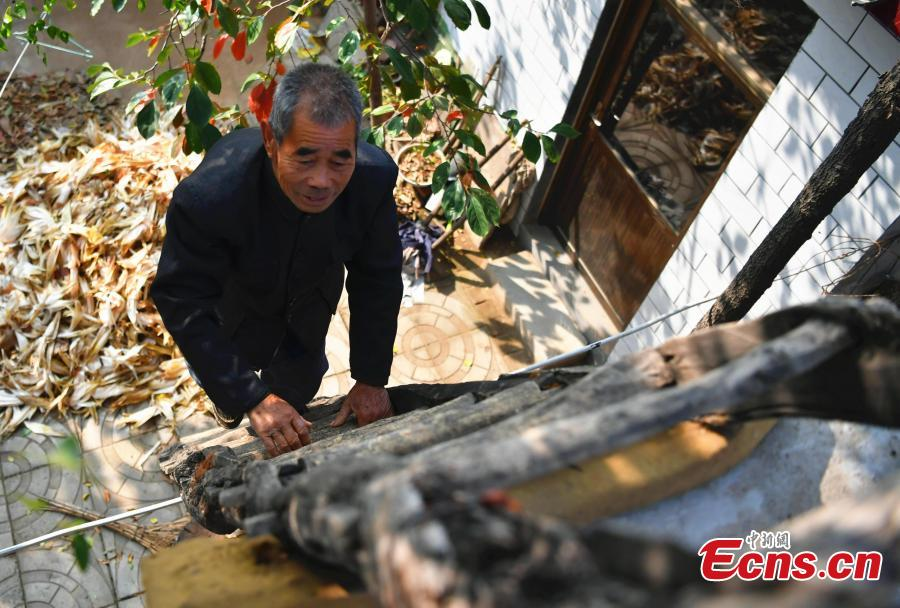 Farmer Jia Zengwen works at his home in Niujia Village, Gaocheng City, North China's Hebei Province, Oct. 18, 2018. Jia has filled 108 diaries over the years, and they include records of his first time receiving the subsidy, a medical insurance claim, and the pension. The diaries also provide a record of the change that has taken place in his rural home over the past 40 years of reform and opening up. (Photo: China News Service/Zhai Yujia)