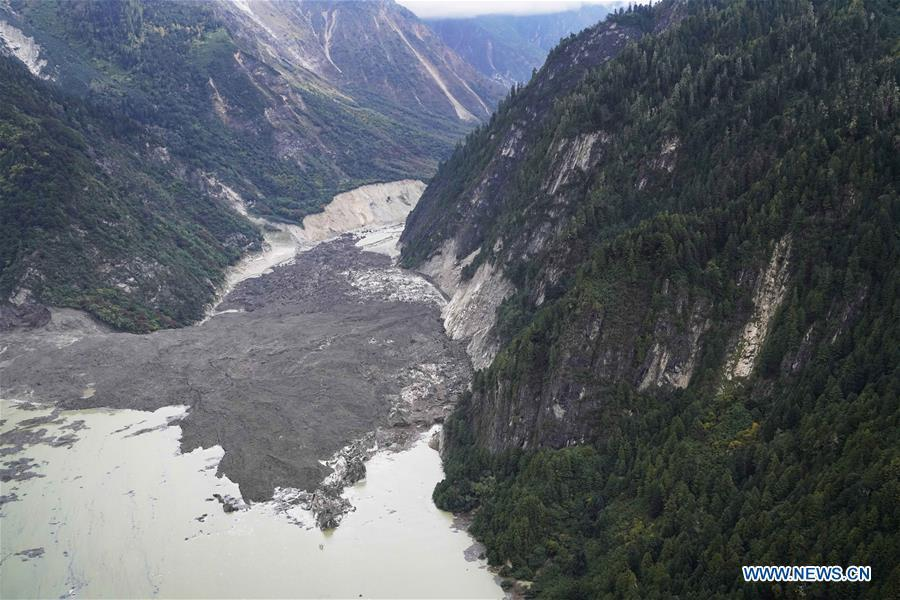 Aerial photo taken on Oct. 18, 2018 shows the Jiala Village threatened by the landslide-caused barrier lake on the Yarlung Tsangpo River in Menling County, southwest China\'s Tibet Autonomous Region. More than 6,000 people have been evacuated after a barrier lake formed following a landslide in the Yarlung Tsangpo River in southwest China\'s Tibet Autonomous Region, local authorities said Thursday. According to the local disaster relief headquarters, the landslide struck during the early hours of Wednesday near a village in Menling County, blocking the river\'s waterway. The amounts of water in the lake has surpassed 300 million cubic meters. No casualties have been reported. Authorities in Tibet have launched an emergency response, monitoring the lake\'s water level, evacuating local residents and sending relief supplies to the disaster-hit areas. (Xinhua/Purbu Zhaxi)