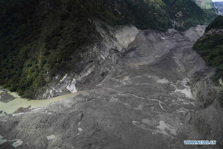 Photo taken on Oct. 18, 2018 shows the scene of a landslide in Menling County, southwest China\'s Tibet Autonomous Region. More than 6,000 people have been evacuated after a barrier lake formed following a landslide in the Yarlung Tsangpo River in southwest China\'s Tibet Autonomous Region, local authorities said Thursday. According to the local disaster relief headquarters, the landslide struck during the early hours of Wednesday near a village in Menling County, blocking the river\'s waterway. The amounts of water in the lake has surpassed 300 million cubic meters. No casualties have been reported. Authorities in Tibet have launched an emergency response, monitoring the lake\'s water level, evacuating local residents and sending relief supplies to the disaster-hit areas. (Xinhua/Purbu Zhaxi)