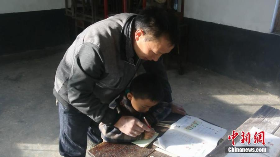 Lai Zhenyuan teaches his only student Wang Longze at an elementary school on a mountain in Xuanhan County, Southwest China's Sichuan Province in mid-October. Four students left to study at a larger school this autumn semester, leaving only Wang from a poor family to study there. Wang's father is disabled and suffers from disease, and his mother died not long after he was born. Lai has decided to stay in the school to teach Wang. (Photo: China News Service/Zhong Xin)
