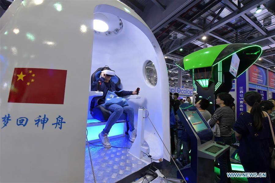 A visitor wears a VR (virtual reality) device to learn about the space during the 2018 World Conference on VR Industry in Nanchang, east China\'s Jiangxi Province, Oct. 19, 2018. The 2018 World Conference on VR Industry opened here on Friday. The three-day event attracts more than 150 global exhibitors in the virtual reality field. (Xinhua/Peng Zhaozhi)