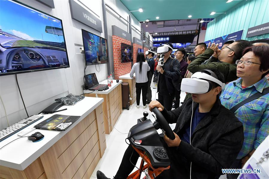 A visitor experiences VR (virtual reality) driving during the 2018 World Conference on VR Industry in Nanchang, east China\'s Jiangxi Province, Oct. 19, 2018. The 2018 World Conference on VR Industry opened here on Friday. The three-day event attracts more than 150 global exhibitors in the virtual reality field. (Xinhua/Peng Zhaozhi)