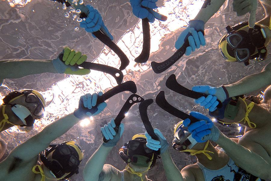 A team of players comes together for a pregame huddle. (Photo provided to China Daily)