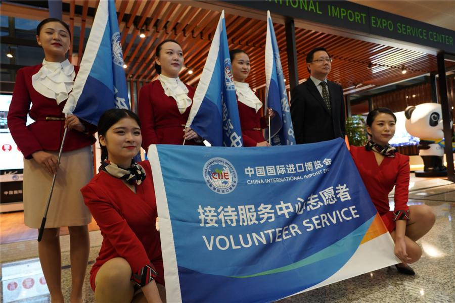 Airport employees and volunteers take a group picture at the service center.  (Photo/chinadaily.com.cn)