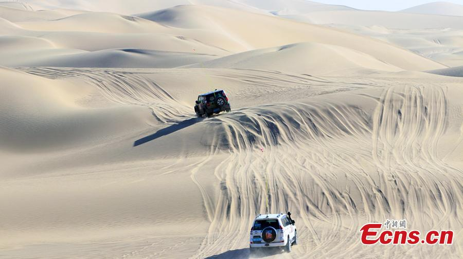 A Jeep off-road race in Qiemo County, Northwest China's Xinjiang Uygur Autonomous Region, Oct. 21, 2018. Nearly 100 drivers took part in the three-day competition, including a triangular racecourse that passed through the Taklimakan desert. (Photo: China News Service/Wang Xiaojun)