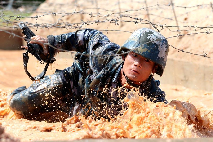 Extreme physical training is a routine for the Marine Corps.  (PHOTO/CHINA DAILY)