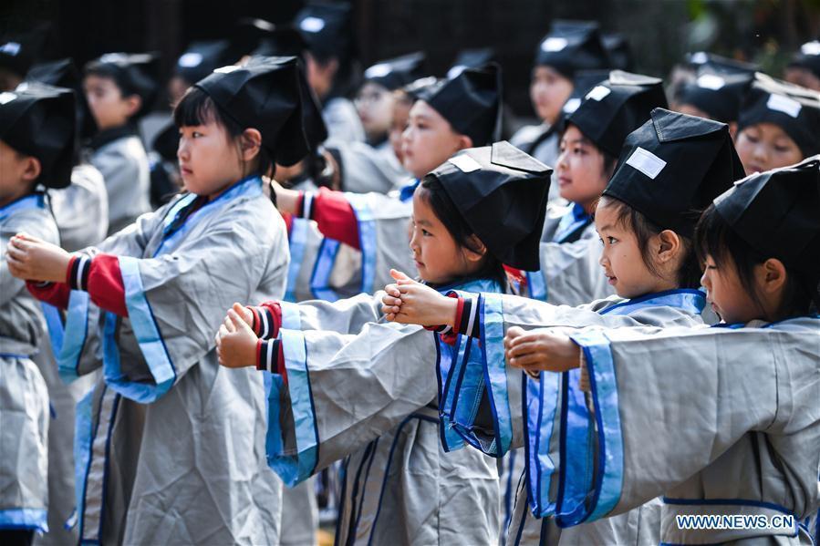 Students learn traditional etiquette at a pramiry school in Changxing County, east China\'s Zhejiang Province, Oct. 23, 2018. (Xinhua/Xu Yu)