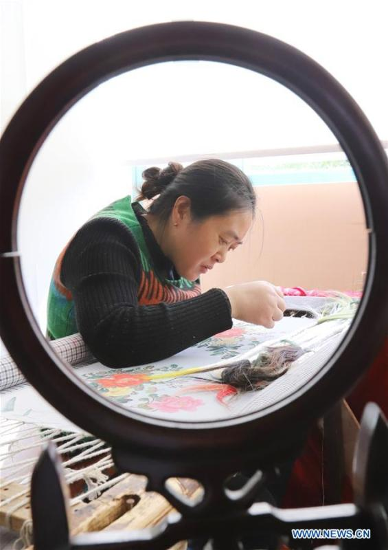 A local artist makes embroidery works with hair in Dongtai, east China\'s Jiangsu Province, Oct. 22, 2018. (Xinhua/Xiang Zhonglin)