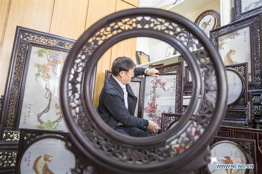 A local artist frames embroidery works made with hair in Dongtai, east China\'s Jiangsu Province, Oct. 22, 2018. (Xinhua/Xiang Zhonglin)