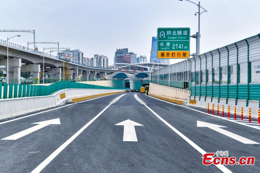 The road leading to the 2,741-meter Gongbei Tunnel, a two-way tunnel with six lanes in total and the only passage connecting the main body of the bridge with Zhuhai. (Photo: China News Service/Chen Jimin)
