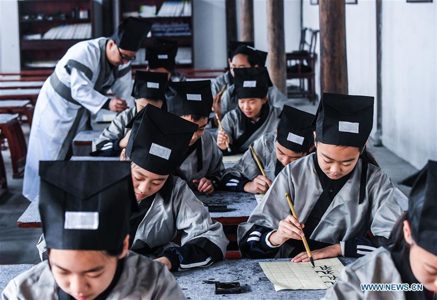 Students learn calligraphy at a pramiry school in Changxing County, east China\'s Zhejiang Province, Oct. 23, 2018. (Xinhua/Xu Yu)