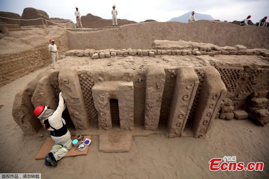 An archaeologist cleans a mural of the Mochica culture at Chan Chan archeological complex in Trujillo, Peru, Oct. 22, 2018. Archeologists in Peru have found 20 800-year-old wooden statues in the largest pre-Columbian site in the Americas, Culture Minister, Patricia Balbuena and researchers revealed on Monday. (Photo/Agencies)
