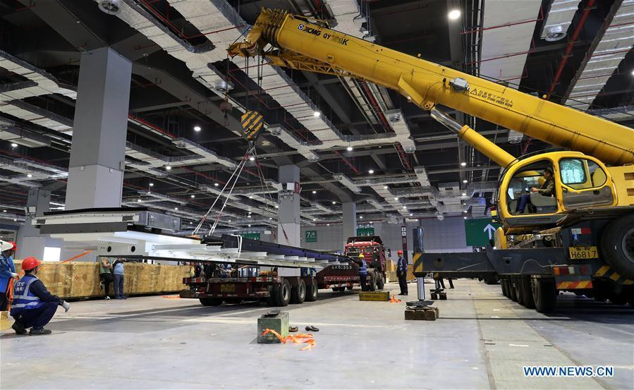 Workers lift the components of Taurus milling machine in Shanghai, east China, Oct. 22, 2018. Preliminary assembly of the milling machine, which will be the largest exhibit to be on show at China\'s upcoming import expo, was finished here on Monday. The exhibit is expected to cover 200 square meters of exhibiting space during the expo, which is scheduled to be held in Shanghai on Nov. 5-10. (Xinhua/Fang Zhe)