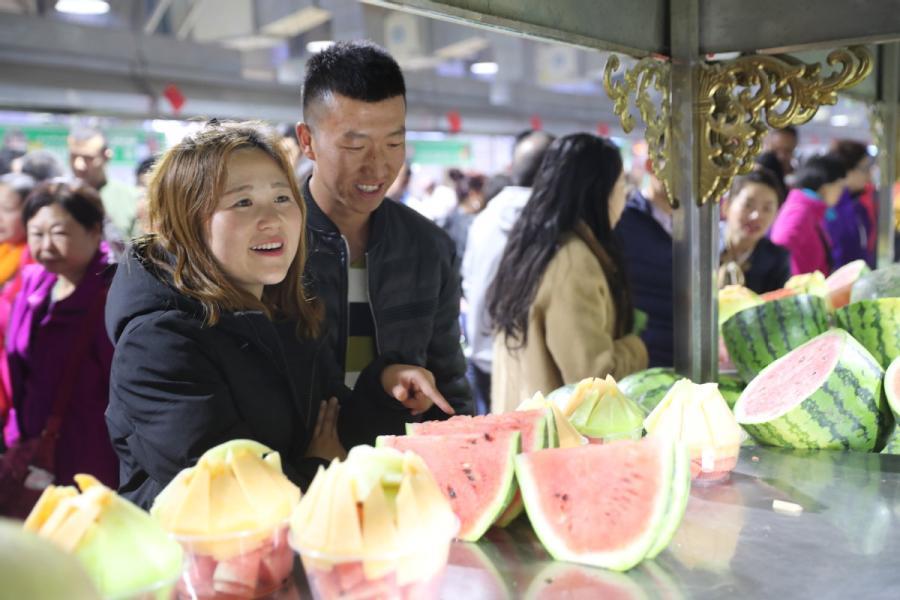 The night food market in Hotan city in Northwest China\'s Xinjiang Uygur autonomous region, Oct. 22, 2018. (Photo/chinadaily.com.cn)