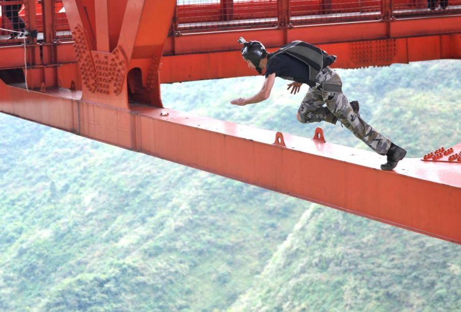 An athlete jumps from the Balinghe Bridge. (Photo provided to chinadaily.com.cn)