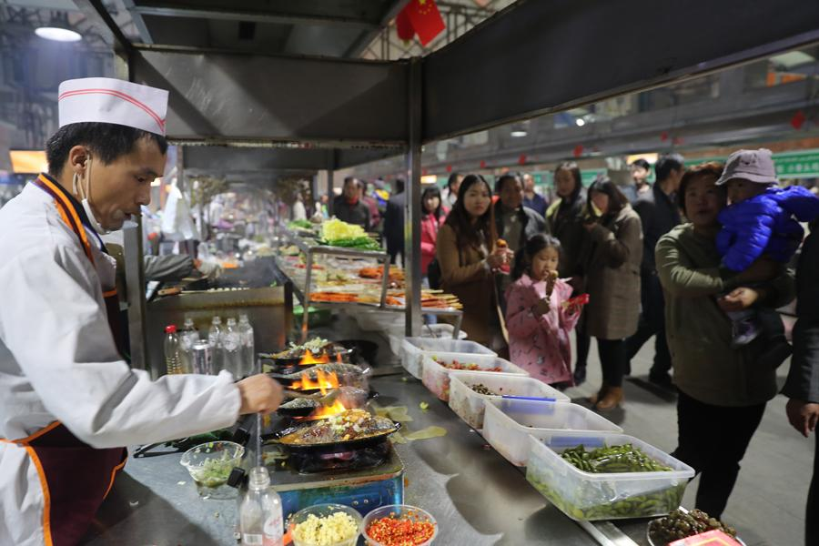 The Hotan night food market is packed with people in Northwest China\'s Xinjiang Uygur autonomous region, Oct. 22, 2018. (Photo/chinadaily.com.cn)