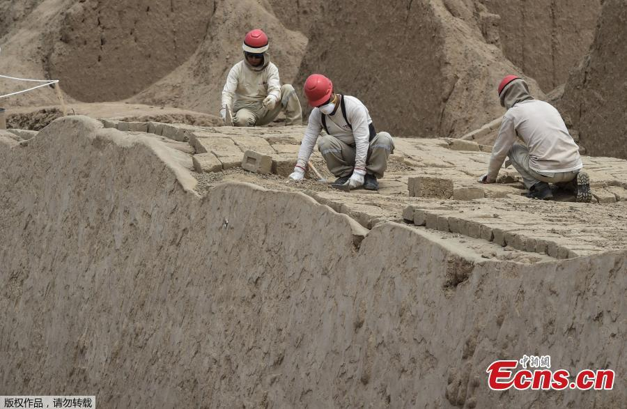 Archaeologists work on a mural of the Mochica culture at Chan Chan archeological complex in Trujillo, Peru, Oct. 22, 2018. Archeologists in Peru have found 20 800-year-old wooden statues in the largest pre-Columbian site in the Americas, Culture Minister, Patricia Balbuena and researchers revealed on Monday. (Photo/Agencies)