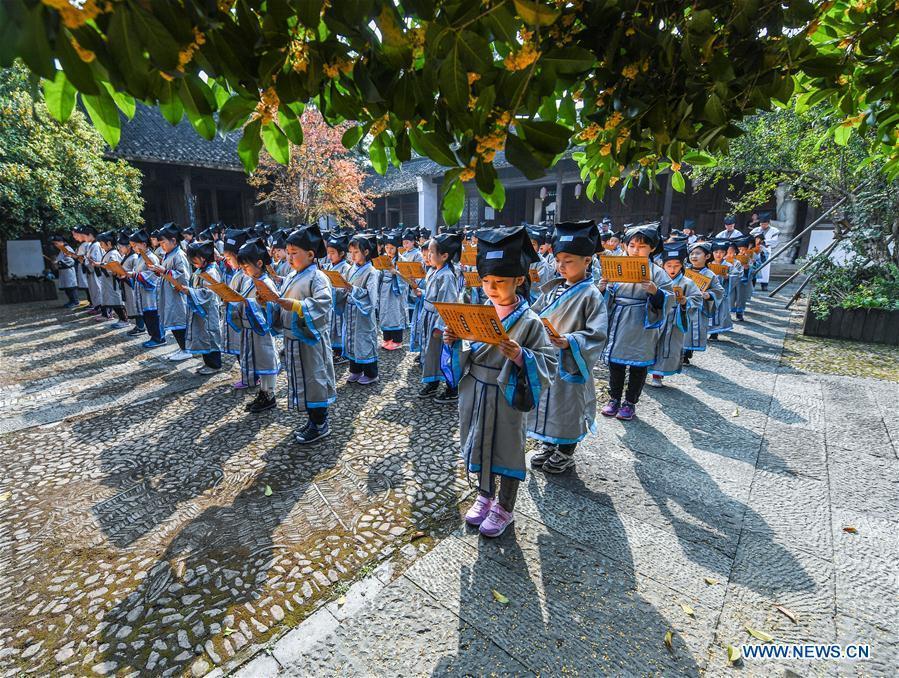 Students read classics of Chinese literature at a pramiry school in Changxing County, east China\'s Zhejiang Province, Oct. 23, 2018. (Xinhua/Xu Yu)